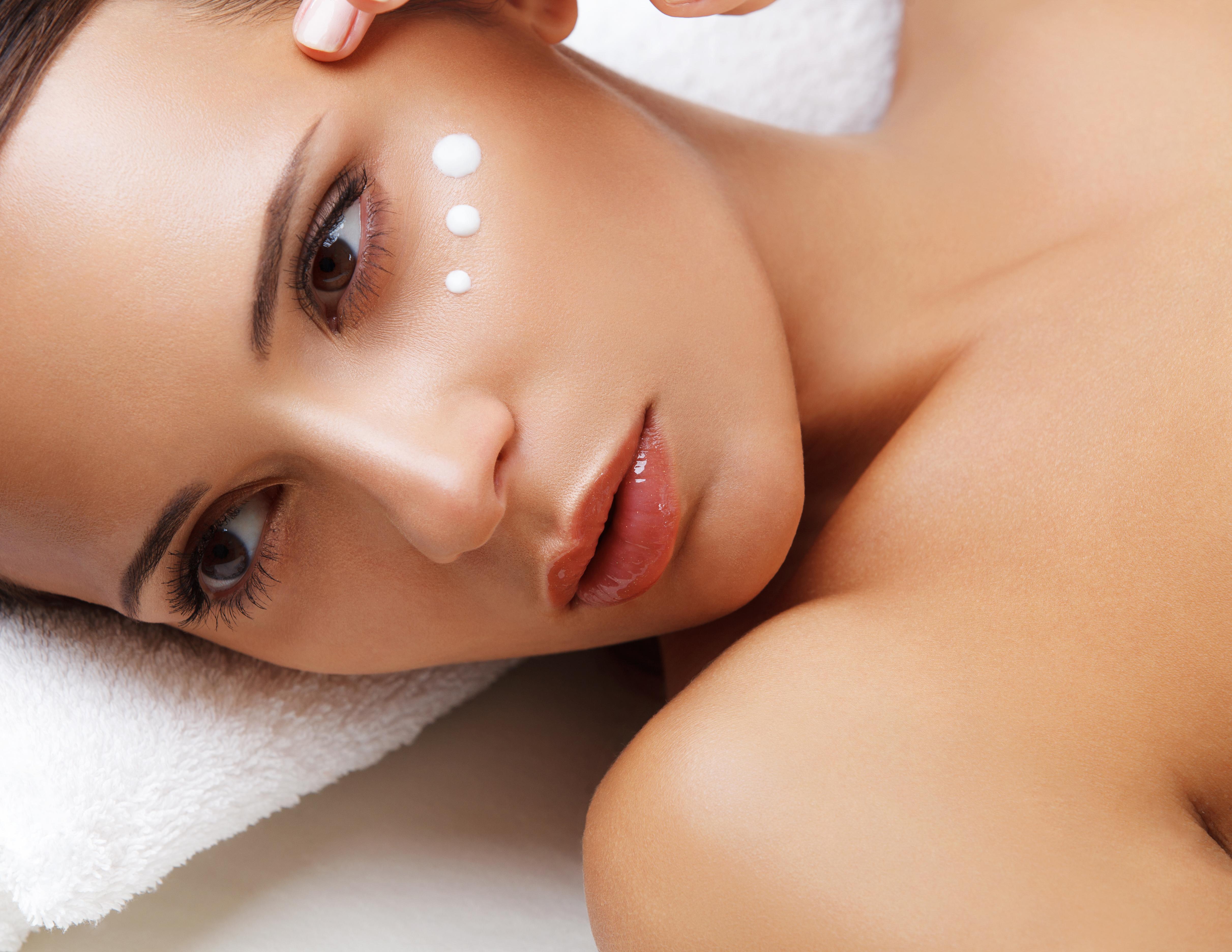 بيكربونات الصوديوم على الوجه