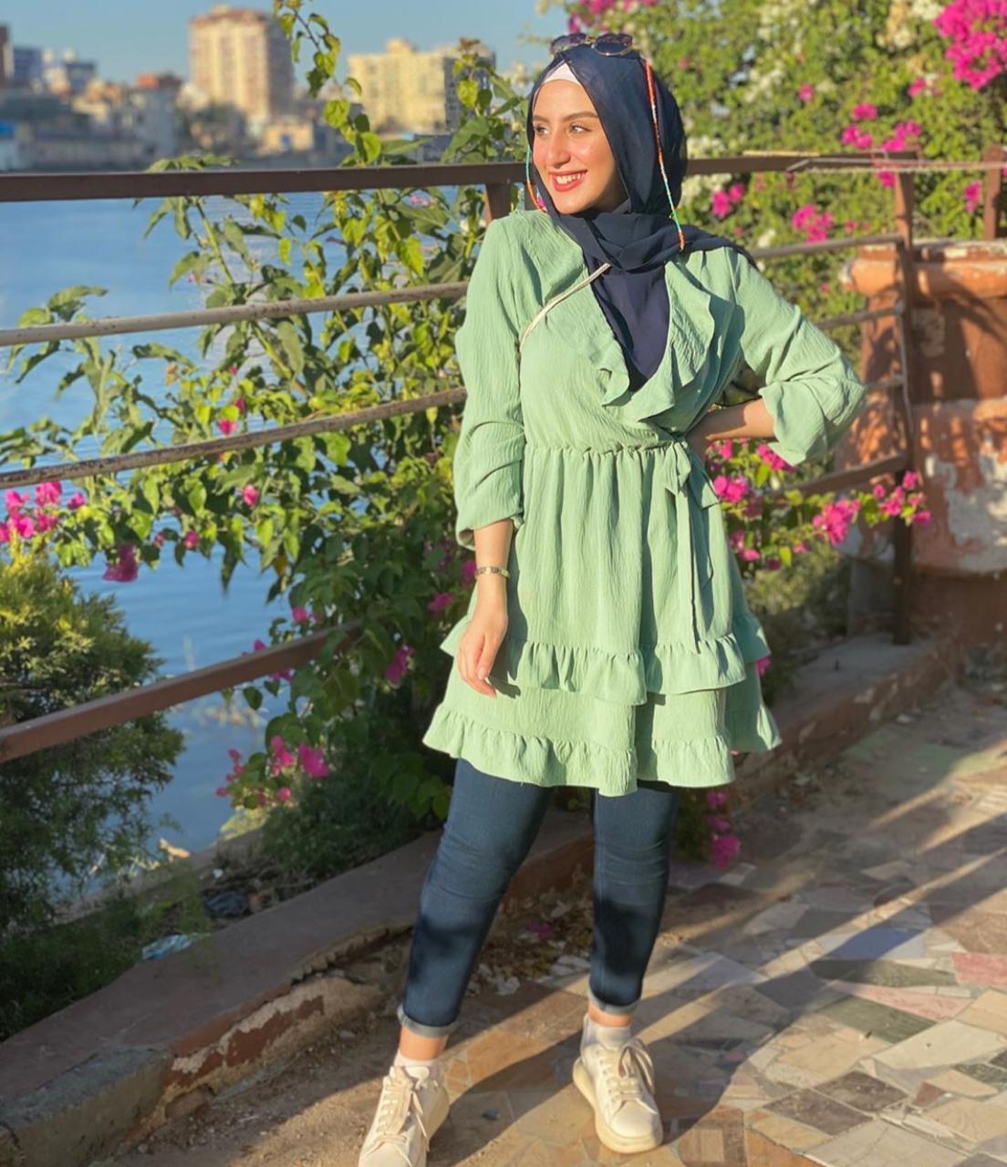 إطلالات كاجوال خضراء مع الحجاب الأسود من روان عمرو