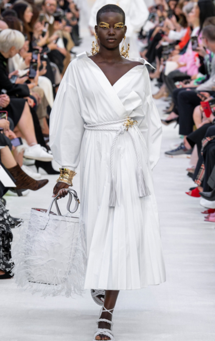 الفساتين البيضاء