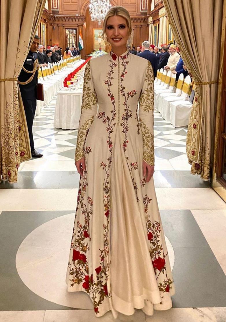 تصميمات الفساتين بالأكمام الطويلة