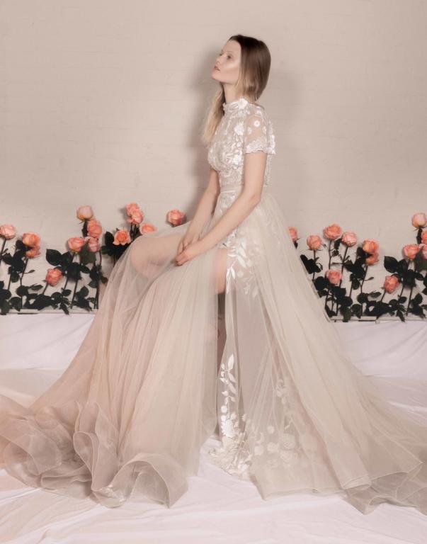 تعتبر الفساتين باللون السكري موضة رائجة