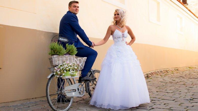 4098b153cd3fa ...  ليس من الممنوعات في حفلات الزفاف ، لكن أحسني اختيار طوله والقصة  المناسبة وابتعدي عن السراويل المعتمدة في الإطلالات اليومية والصيحات  الشبابية ، اخرصي أن ...
