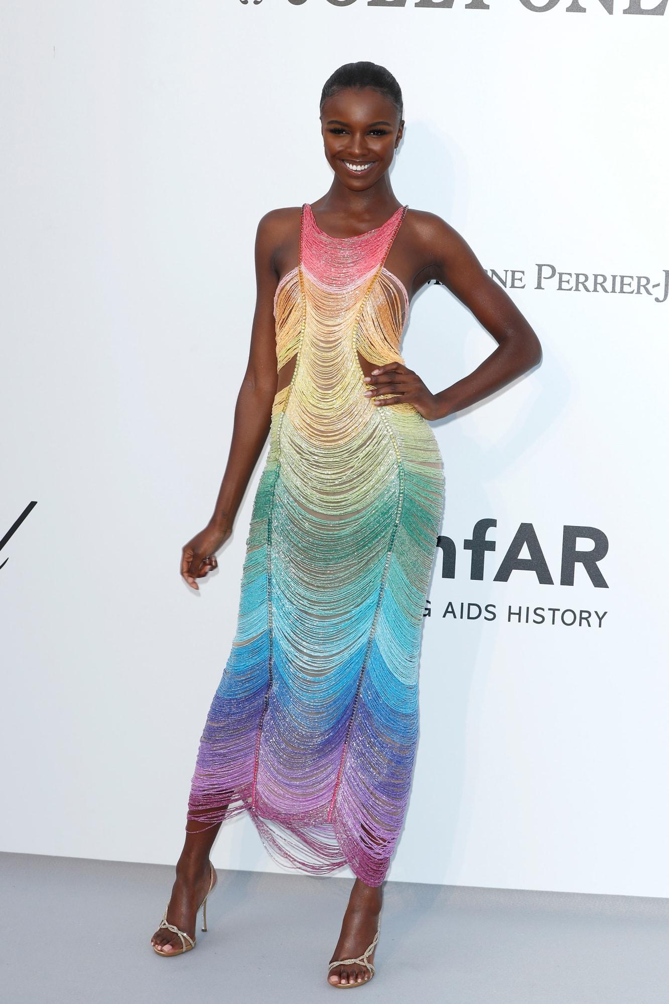 فستان بألوان مميزة من رامي القاضي