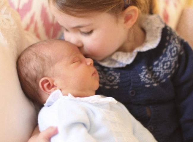 الأميرة شارلوت تحمل شقيقها الأمير لويس