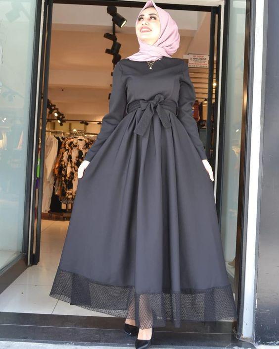 فستان ذو تنورة واسعة وحزام على الخصر