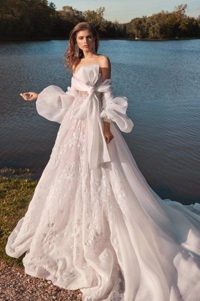 فستان زفاف بفيونكة على الصدر