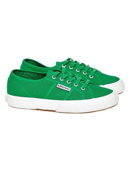حذاء باللون الأخضر لإطلالة رياضية
