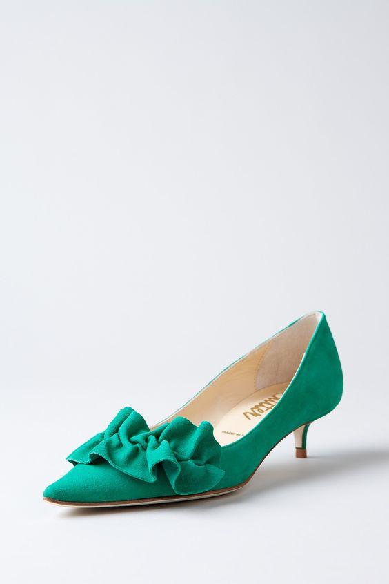 حذاء باللون الأخضر يناسب أوقات العمل