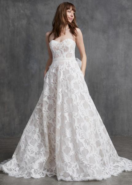 فستان دانتيل مع فيونكة