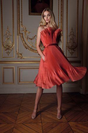 فستان ساتان بليسيه لإطلالة أنثوية