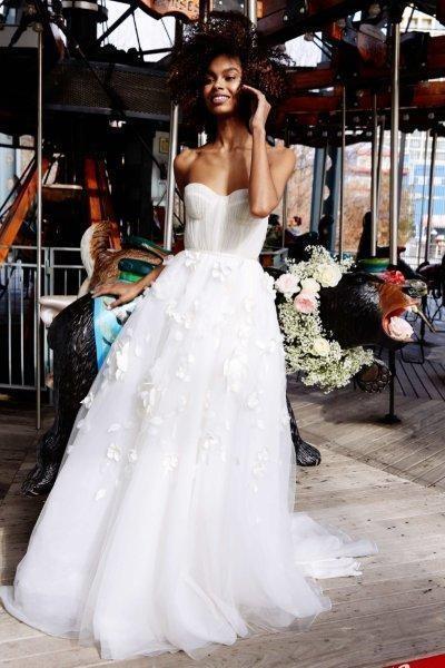 فساتين زفاف كورسيه ديكولتيه