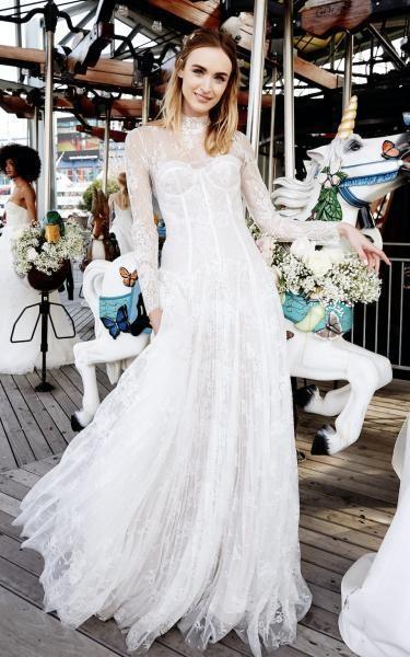 فستان دانتيل محتشم وبسيط