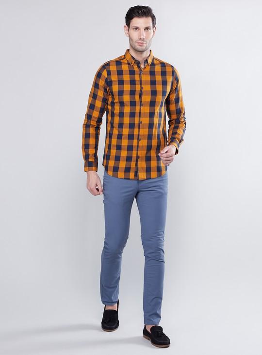 قميص كاروهات مع بنطلون