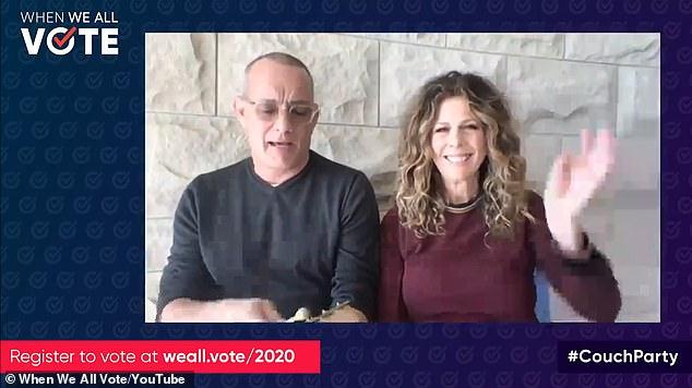 توم هانكس وزوجته يتبرعان بدمهما