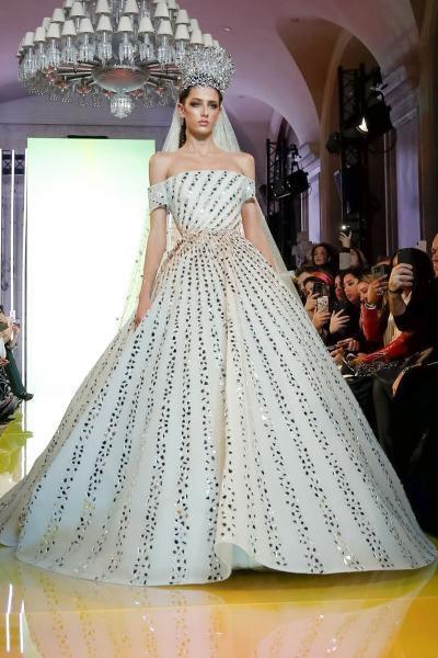 فستان مفعم بالأنوثة من رامي قاضي