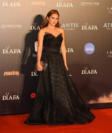 فستان أسود من الدانتيل والقطيفة