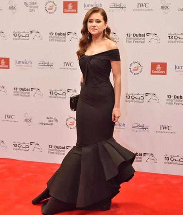 فستان أسود بتصميم حورية البحر