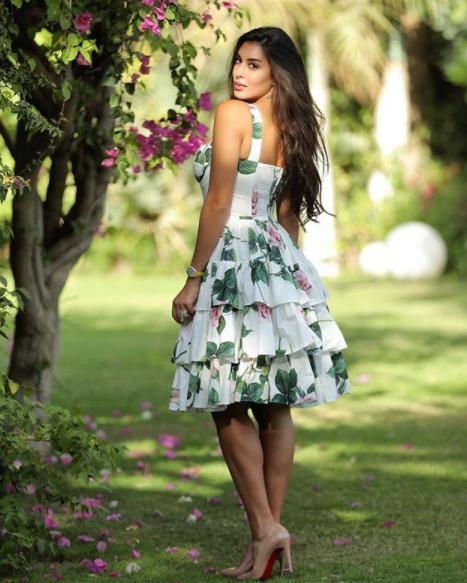 إطلالة لياسمين صبري بفستان قصير مطبع بالأزهار