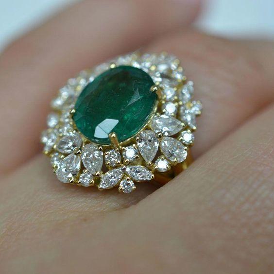 مجوهرات من الأحجار الكريمة