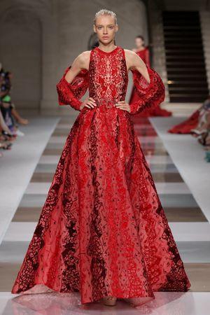الفستان الأحمر الفخم