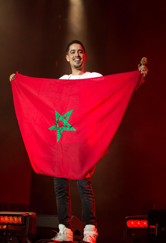 لارتيست يحمل العلم المغربي
