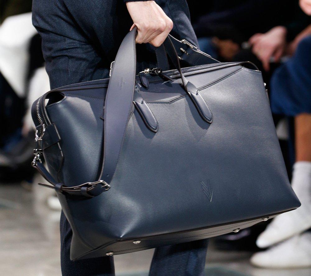 من حقائب دار لوي فويتون الرجالية
