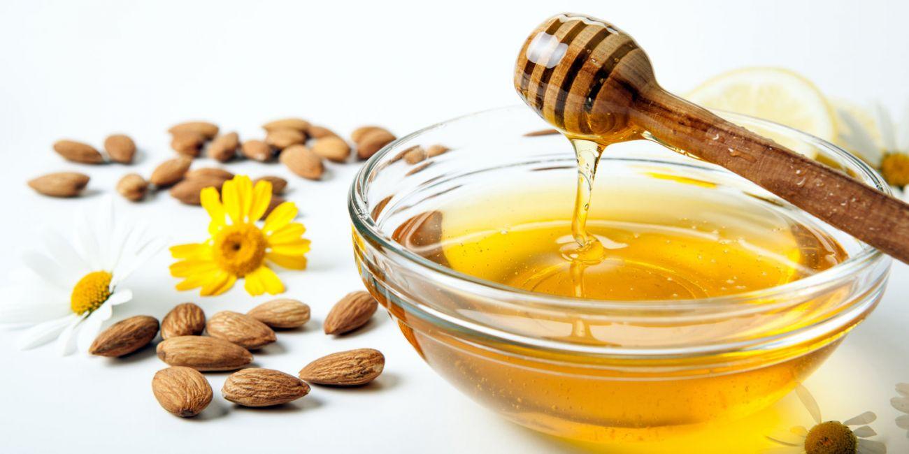 العسل وزيت اللوز