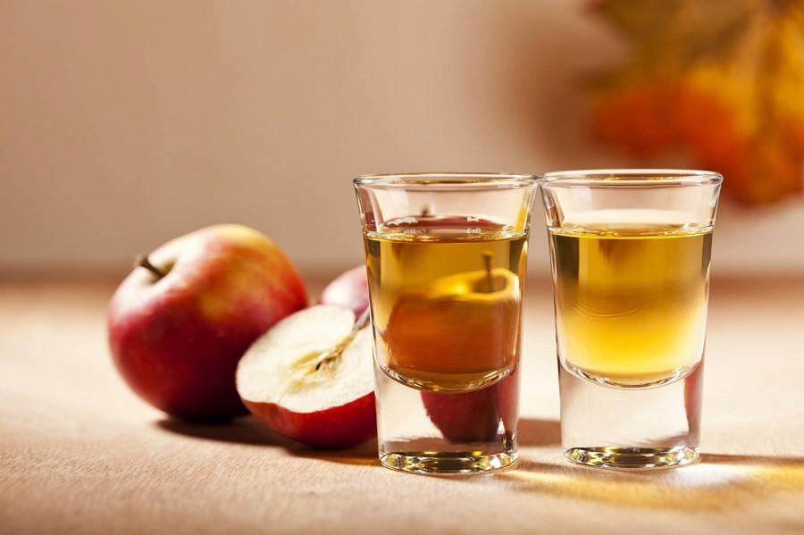 إمزجي جيداً ملعقة طعام من خلّ التفاح مع ملعقة طعام من عصير البصل