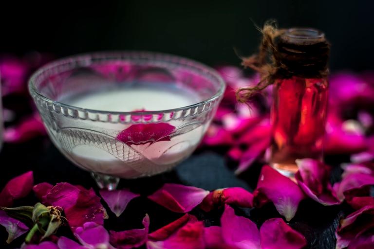 تقشير الوجه بسكر وماء الورد