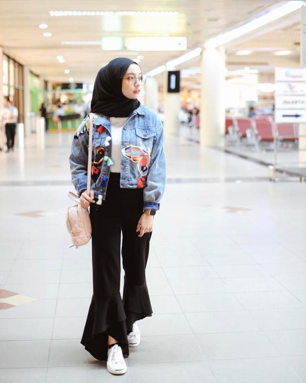 e16ae2490e283 ملابس محجبات   جاكيت الـ جينز لاطلالة شبابية بالحجاب