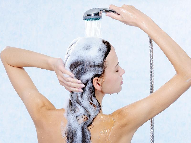غسل الشعر بانتظام ضرورة لاسترجاع حيويته