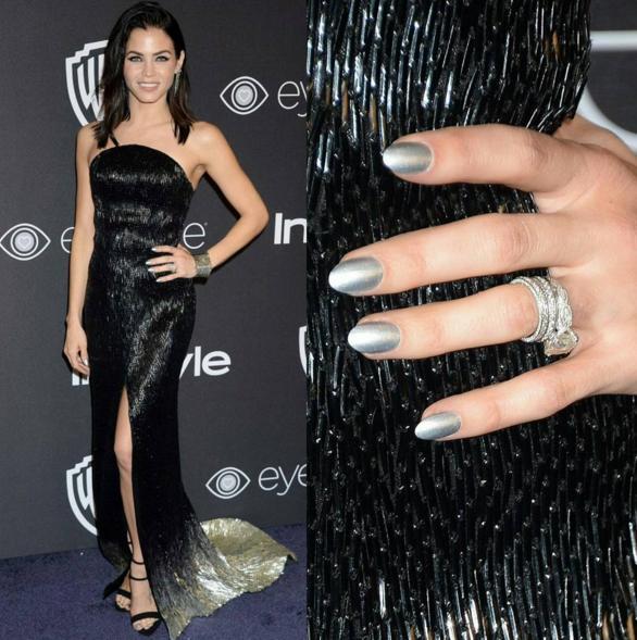 المناكير المعدني بالللون الفضي مع الفستان الأسود