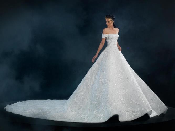 b9f37593b -لا توجد صيحة معينة ولكن يفضل البقاء على فستان الزفاف الأبيض. *طرحة العروس  تكمل فستان الزفاف نعم أم لا؟ -يمكن التخلي عنها مقابل تزيين الشعر  بالاكسسوارات