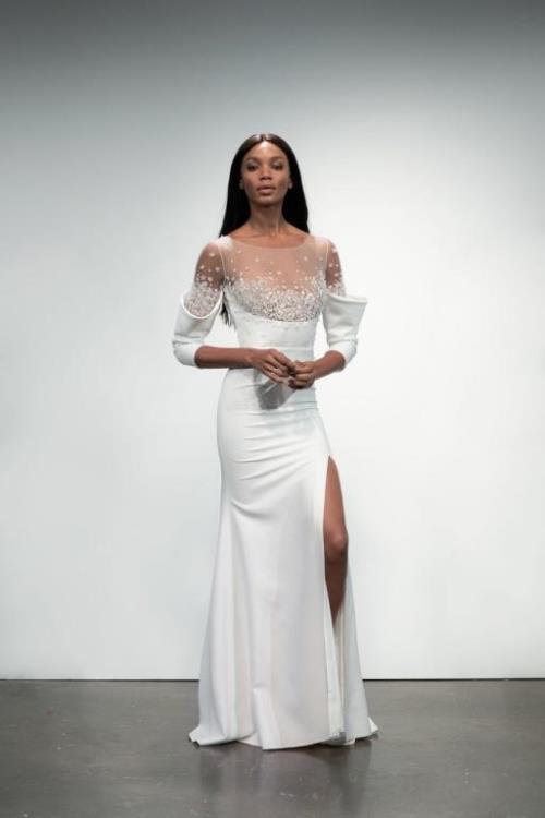 0268f22d0 وللعروس المحجبة، اختاري فستان زفاف بأكمام طويلة ليست شفافة، مثل فستان الزفاف  الستان من فيكتور آند رولف Viktor & Rolf، وفستان الزفاف الناعم من Lihi Hod.