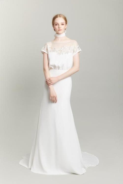 3a86c860f كما قدمت بعض الماركات فساتين زفاف بأكمام تول ضيقة مثل فستان زفاف رومونا  كيفيزا Romona Keveza وفستان Gracy Accad.