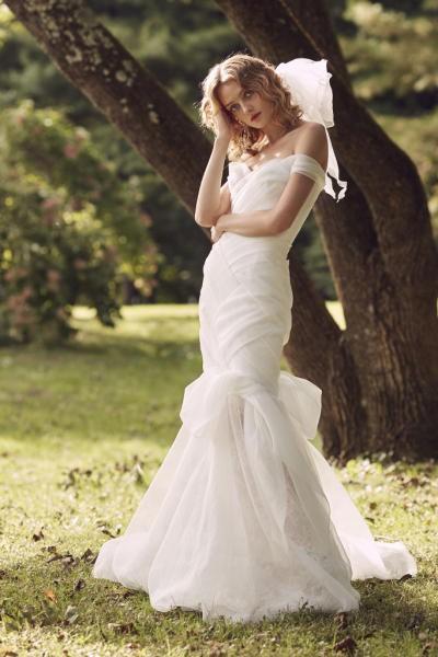 c9b90877670d3 أيضاً قدمت دار برونوفياس Pronovias، فستان زفاف شيفون بصيحة الـCrop Top التي  تظهر البطن، وتتناسب مع العروس صاحبة الخصر النحيل.