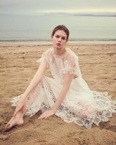 61ddcb89346c0 -عروس2020 كوني أنيقة واختاري فستان زفافكِ على الموضة، تخلّي عن التطريزات  الفخمة، واتجهي نحو الفساتين ...