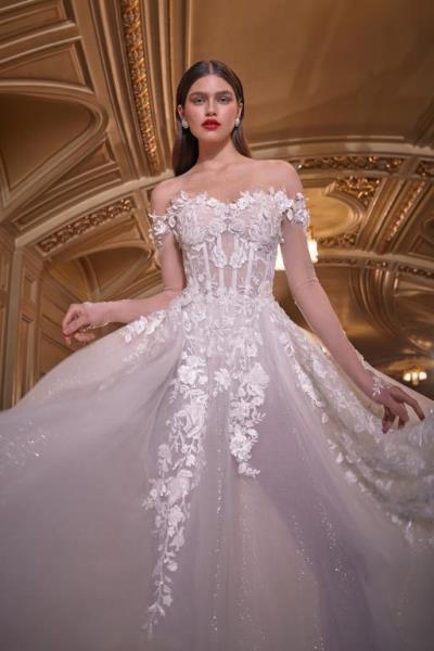 498724b689b7d كما قدمت ماركة مونيك لولييه صيحة مميزة في فساتين الزفاف المنفوشة، وهي  الفساتين القصيرة من الأمام والطويلة من الخلف High Low Dresses، وأيضاً ظهرت  هذه الصيحة ...