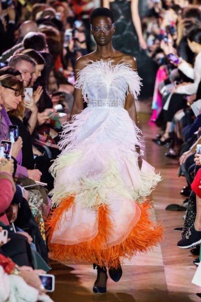 فستان مزين بالريش من schiaparelli