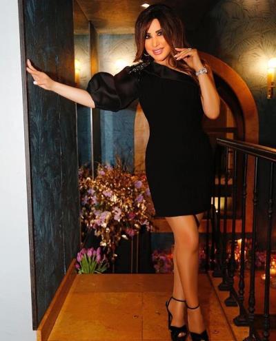 نجوى كرم بفستان أسود كلاسيكي بصيحة الكتف الواحد