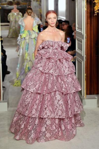فستان منفوش من الدانتيل اللامع من Valentino