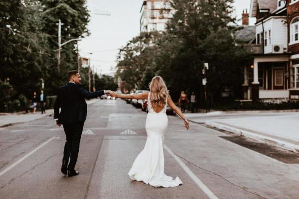 قد تفاجئك بعض المشكلات يوم زفافك وهي وجود بقع على فستانك