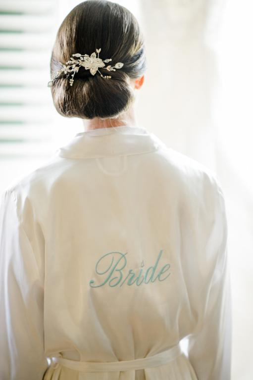 تسريحات شعر مرفوع متمايلة على احد الجانبين للعروس