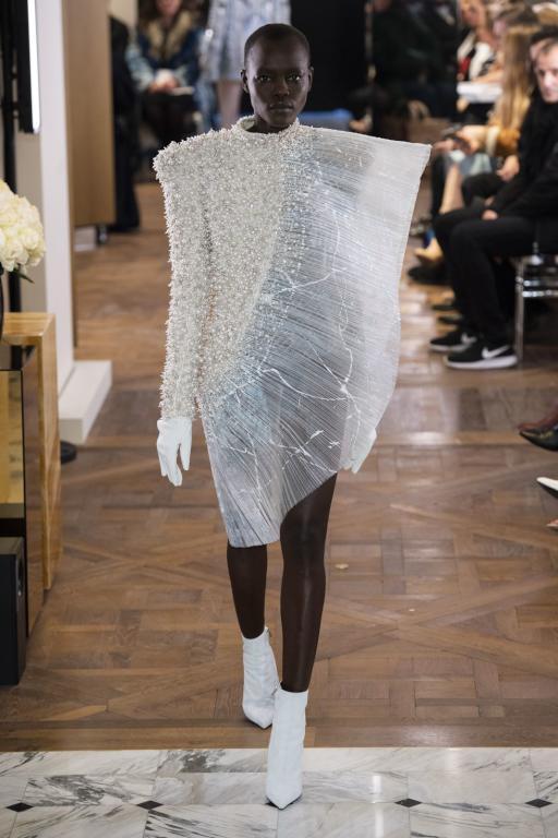 فستان أبيض من اللؤلؤ من بالمان