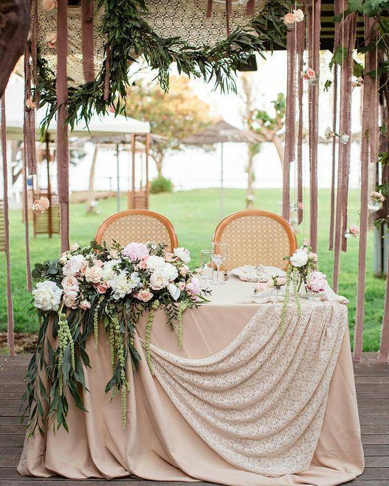 طاولة عروس مع الكراسي الذهبية