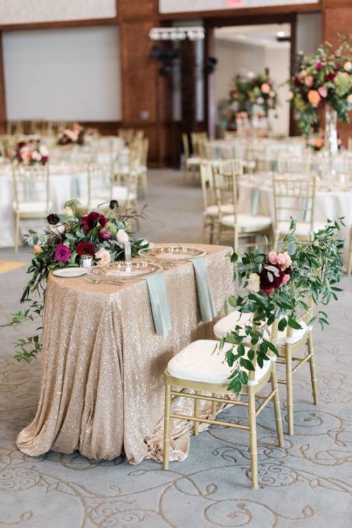 طاولة عروس مزينة بالورود