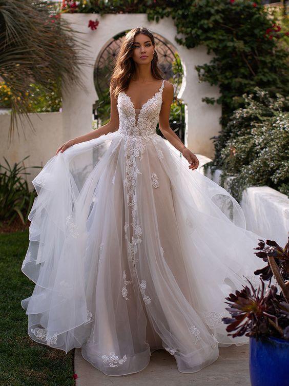 فستان زفاف منفوش من الشيفون ورسومات الورود