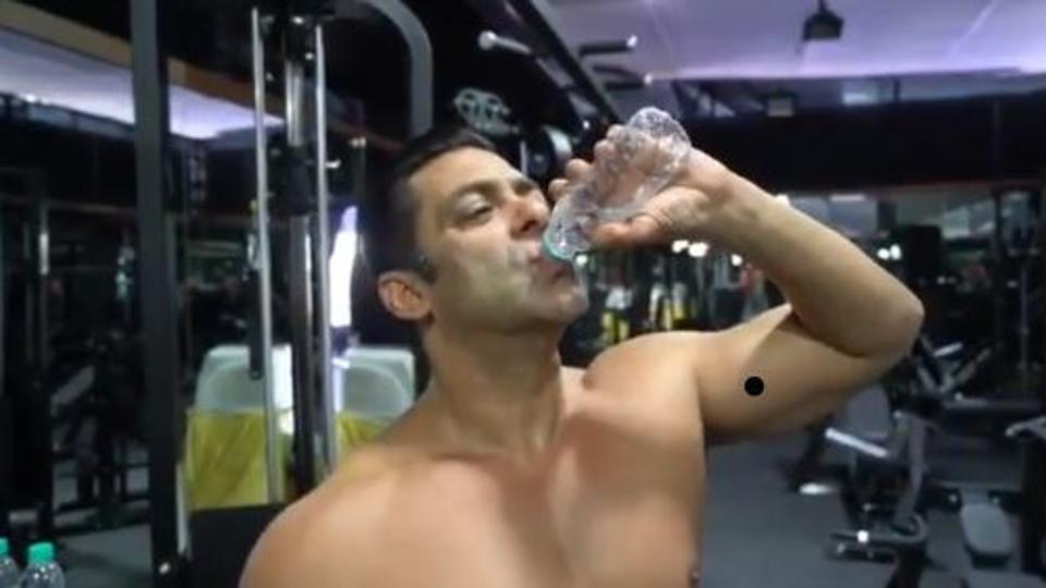سلمان خان يشرب الماء من زجاجة التحدي