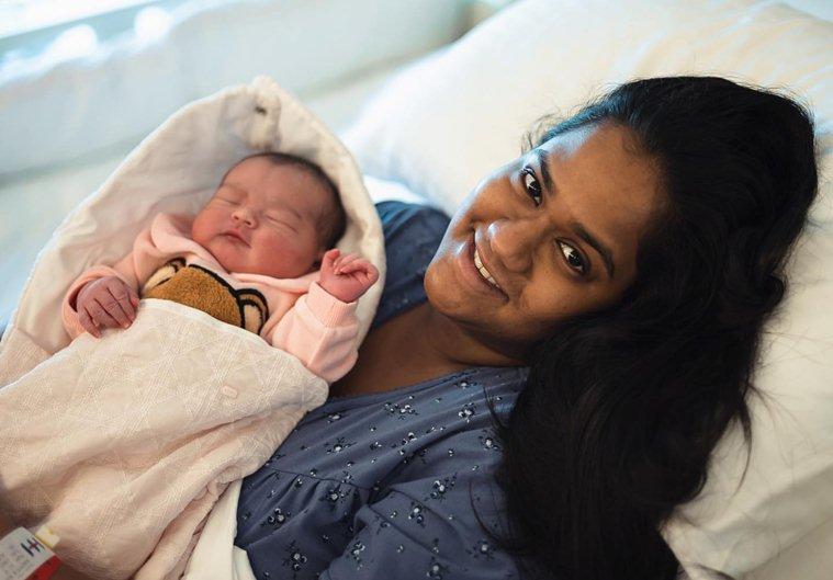 أربيتا خان تحمل مولودتها آيات