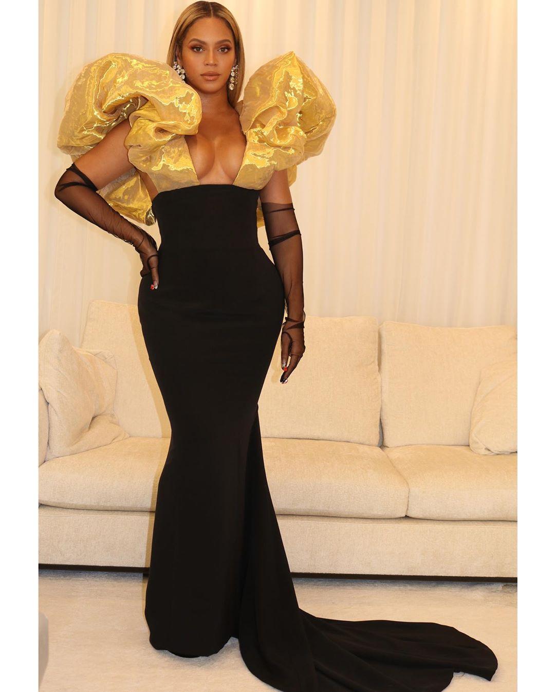 بيونسيه في فستان باللونين الأسود والذهبي